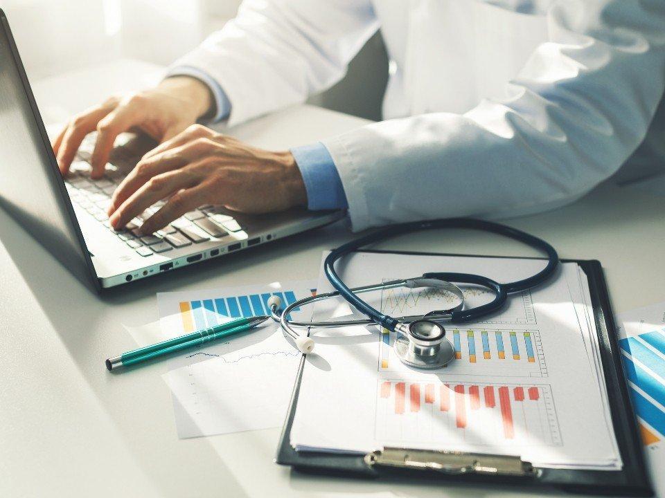 Lekarz przy laptopie